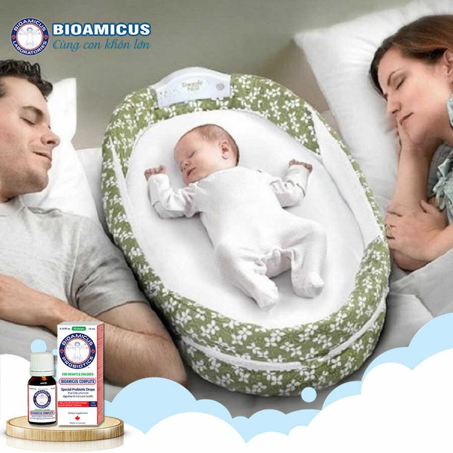 cho bé ngủ với cha mẹ giúp bé hết khóc quấy đêm