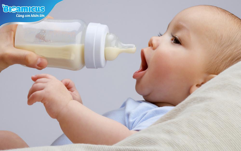 Trẻ sơ sinh bị tiêu chảy do đổi sữa