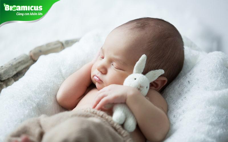 Trẻ sơ sinh ngủ hay vặn mình