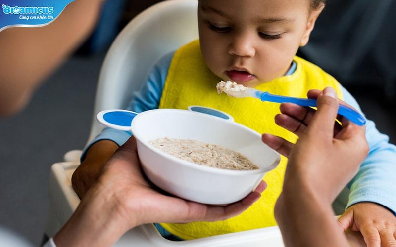 trẻ bị đầy bụng nên ăn cháo